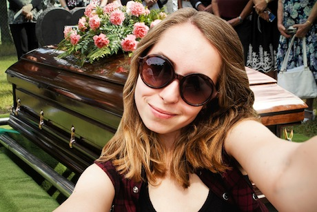 Selfie devant le cercueil.